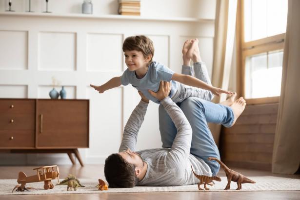 علاقة الآباء بأبنائهم في مراحلهم العمرية المختلفة