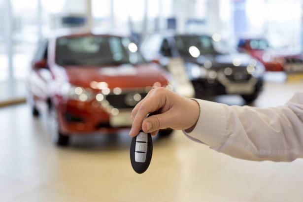 هل يستحق حقًا شراء سيارة جديدة في نهاية العام؟