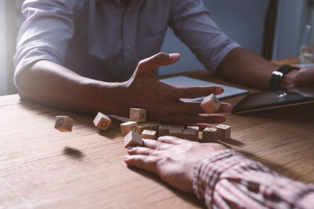 استراتيجيات للسيطرة على أعصابك أثناء النقاشات الحادة