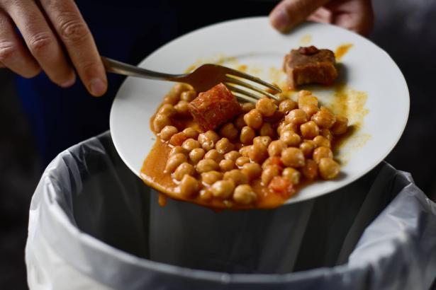 هدر الطعام ومعطياته العالمية الصادمة بالتزامن مع نشر نتائج تقرير الفقر في البلاد!