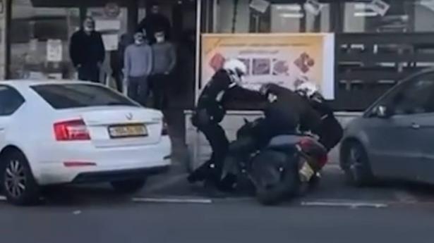 الشرطة تعتدي على شاب من سخنين في الشارع العام