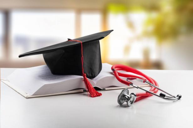 مطالبة وزارة الصحة بإيحاد حلٍ لأزمة انخراط خريجي الطب في التخصصات المختلفة
