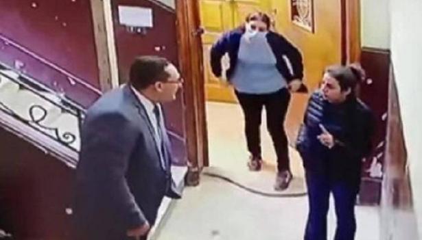 بالفيديو: رصد موقف تحرش رجل بالغ بطفلة وحالة من الغضب