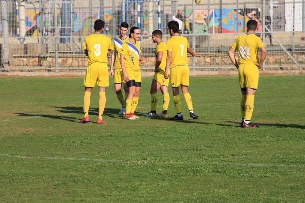 المدرب مهدي حسن ولاعبي النادي الرياضي كفرياسيف في المرتبة الأولى