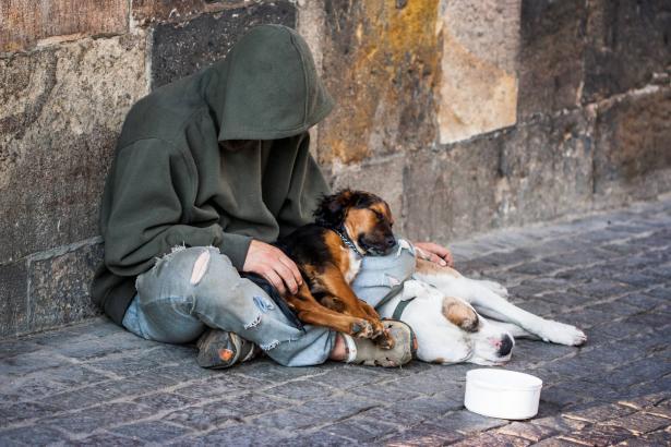 مجلة فرنسية تنشر صورة لرجل فقير دون اذنه: والمحكمة تأمر بتعويضه بمبلغ يقدر ب47 ألف دولار