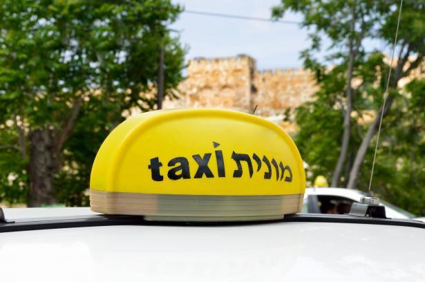 سائق تاكسي فوجئ برسوم 17 شيكل كل شهر في حسابه البنكي وانتهى الأمر بتعويض قدره 55 مليون شيكل