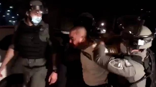 الشيخ جراح يعيش ليلة صعبة أخرى: اعتداءات واعتقالات خلال احتفالات رمضان