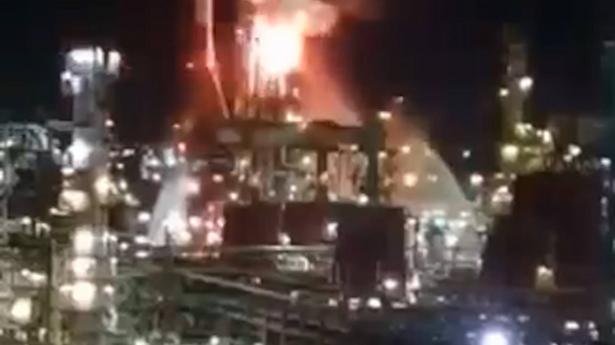 حيفا: اندلاع حريق في مدخنتين بمصافي التكرير