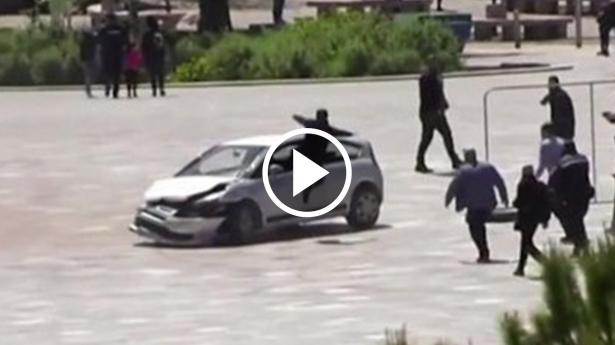 شاهد.. قفزة مذهلة توقف سيارة طائشة في منتصف ميدان في ألبانيا