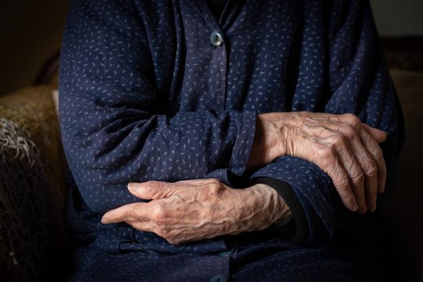 في أي سن تبدأ الشيخوخة عند الإنسان؟