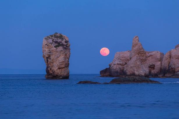 القمر الزهري العملاق يزين السماء في 26 نيسان.. استعدوا