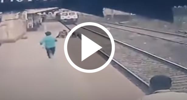 رفعه قبل أن يدهسه القطار بلحظات.. موظف ينقذ طفلاً من موت محقق!