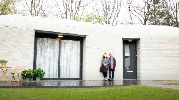 زوجان ينتقلان لأول منزل مطبوع ثلاثي الأبعاد في أوروبا - فتح الأبواب عبر تطبيق رقمي!