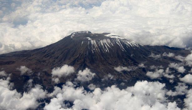 تسلق جبل كيليمانجارو - الجبل الأكثر ارتفاعا في أفريقيا وقام برفع علم فلسطين.
