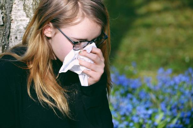 ما الفرق بين أعراض حساسية الربيع وأعراض كورونا؟