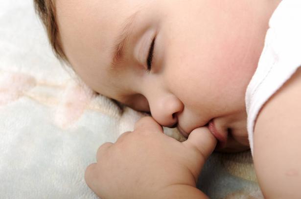 عادة مص الأصابع لدى الطفل: بين التداعيات النفسية والأضرار