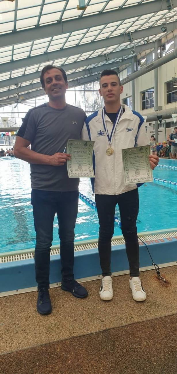 رغم الاعاقة - الشاب يوسف نواطحة يصنع المعجزات في رياضة السباحة بدعم المدرب جوني دبيني من الناصرة
