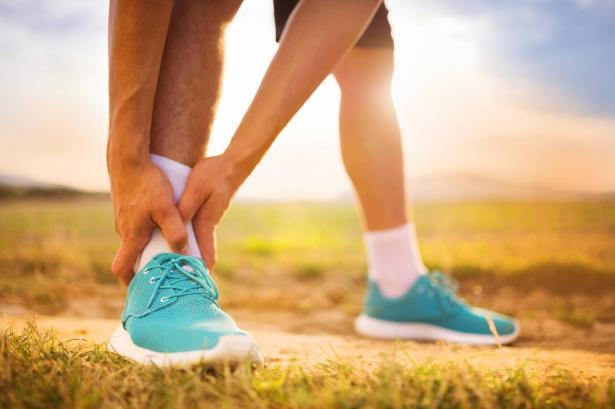 هل نوع الحذاء له تأثير في مشاكل وأوجاع كف القدم والام الظهر؟