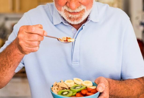 إضاءات ونصائح عن تناول الطعام الصحي والأكل في جيل الشيخوخة