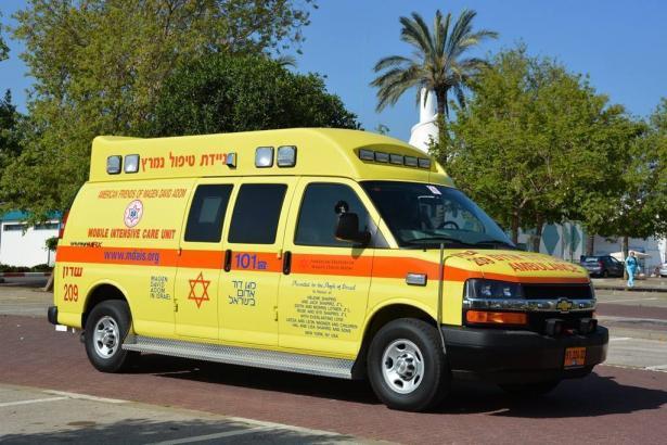 تل أبيب: إصابة خطيرة وأخرى متوسطة جرّاء اصطدام سيارة أجرة بعامود