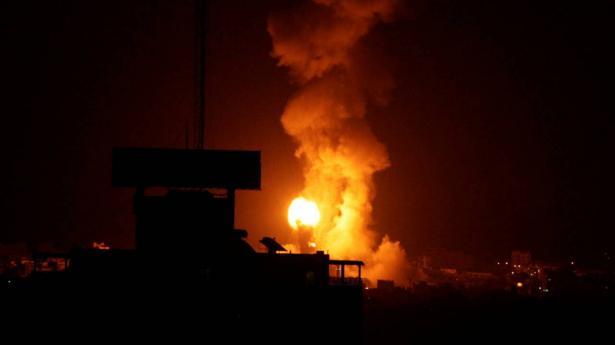 اسرائيل تقصف في غزة ردا على البالونات الحارقة