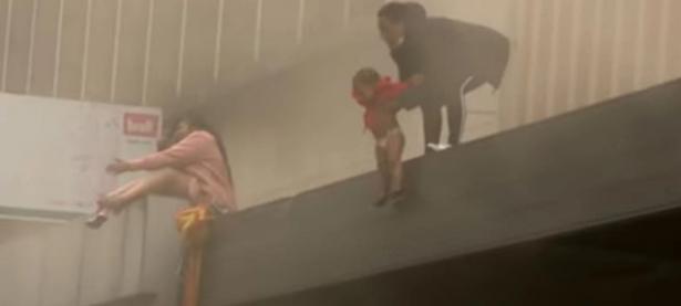 بالفيديو | اضطرت لإلقاء ابنتها الرضيعة من الشباك بعد أن اشتعل منزلها بالنيران وفقدت الأمل في النجاة