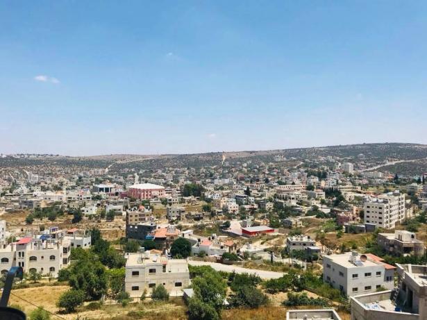 مستوطنون يطردون المزارعين من منطقة جبل الراس بسلفيت تحت تهديد السلاح