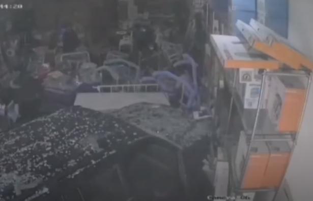 شاهد بالفيديو: امرأة سعودية تُدمر محلًا تجاريًا بسيارتها.. حطَّمت واجهته الزجاجية..