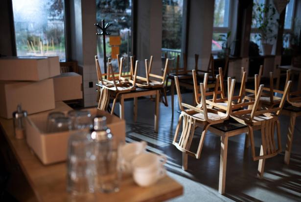 الغاء الشارة الخضراء لمن لم يحصل على الجرعة الثالثة تضر قطاع المطاعم والمالية ترفض الاعتراف بالخسائر