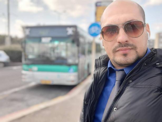 سائق حافلة عربي يتعرض لموقف عنصري عنيف - استمعوا لشهادته